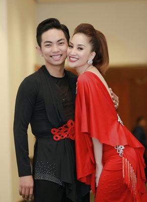 Khánh Thi, Phan Hiển hôn nhau trong hậu trường