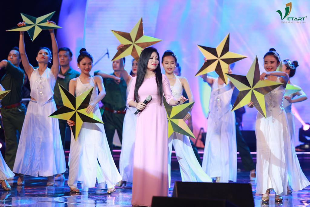 """Ca khúc """"Đêm Nay Anh Ở Đâu"""", sáng tác Phan Huỳnh Điểu, """"Nổi Lửa Lên Em"""", sáng tác Huy Du qua phần thể hiện của ca sĩ Anh Thơ."""
