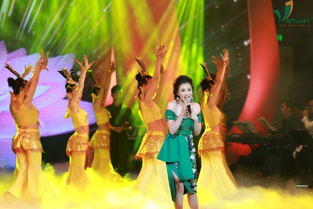 """Ca sĩ Hồ Quỳnh Hương với ca khúc """"Phật Bà Nghìn Mắt Nghìn Tay"""" và """"Em Chọn Lối Này"""", sáng tác: An Thuyên"""