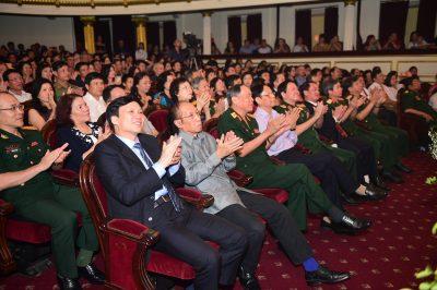 Khán giả ngồi kín khán phòng Nhà hát Lớn