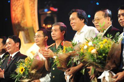 BTC trao hoa cho lãnh đạo và đại diện các NTT