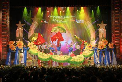 Ca khúc Rạng Rỡ Việt Nam và tốp múa