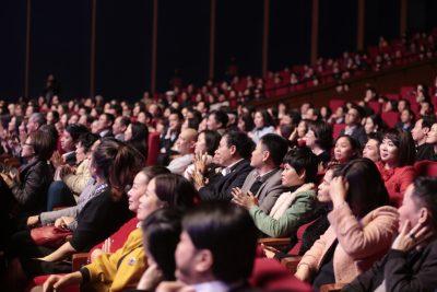 Khán giả ngồi kín khán phòng